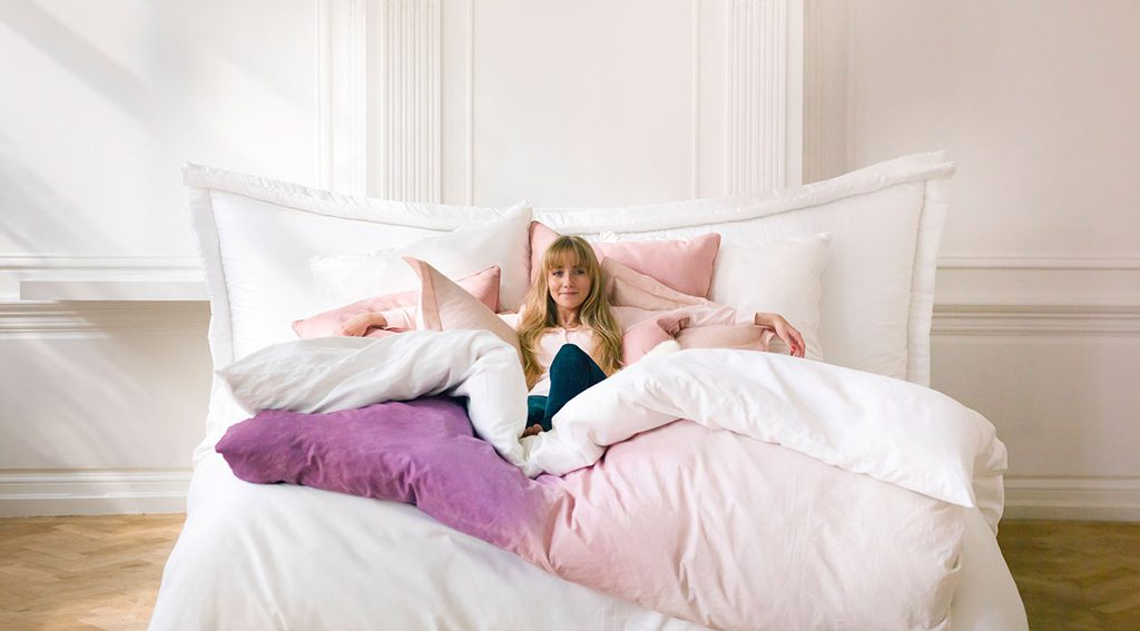 magnitude-handmate-bedding-campagne-vrouw-in-bed